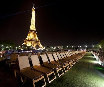 Utsikt mot Eiffeltårnet fra skipet MS Seine Princess om kvelden