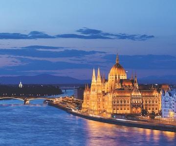 Kveldsbilde av Donau og Budapest