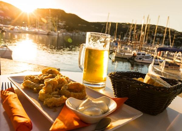 En lunsj bestående av fersk stekt calamari (blekksprutringer) og en forfriskende øl