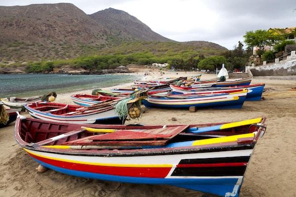 Fiskebåter på rekke og rad på Tarrafal Beach.