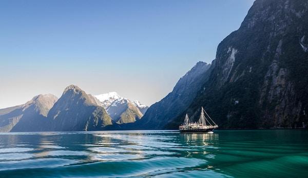 Naturskjønne Milford-sundet i Fiordland nasjonalpark.