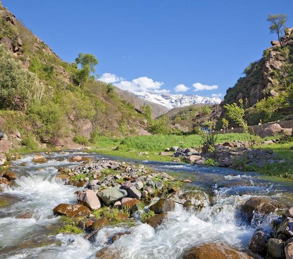 Elv i de høye Altas-fjellene nær Ouirgane, Marokko. Dette er dalen som fører til Imlil der besøkende går opp til Toubkal, det høyeste fjellet i Marokko.