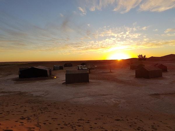Vakker solnedgang i den marrokanske ørkenen.