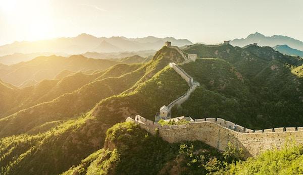 Den kinesiske mur i frodige omgivelser.