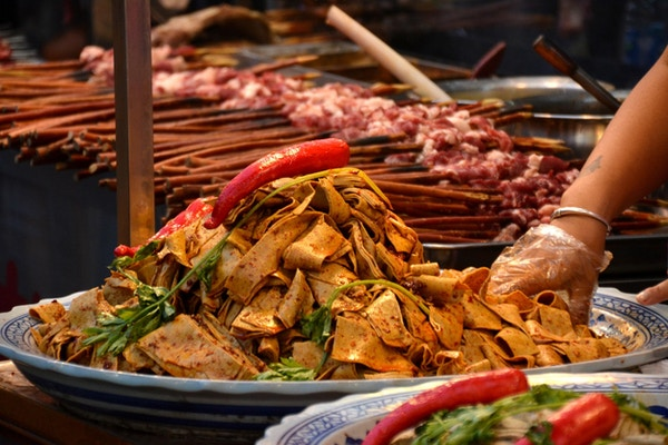 Stor tallerken med krydrede, lokale nudler og lammespyd i Huimin Street, i det muslimske kvartalet Xi'an.