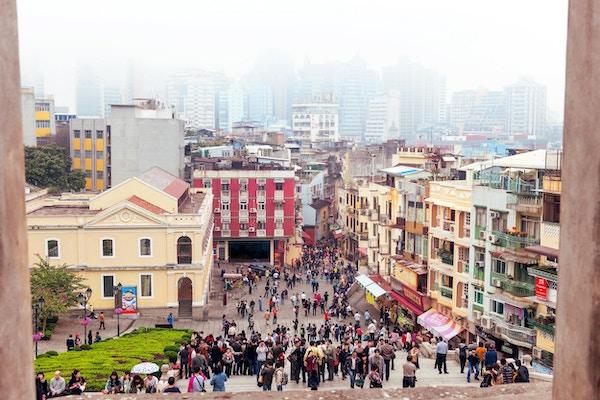 Macaus boligområde med bygninger sett utvendig, mennesker, folkemengder, Macau, Kina.