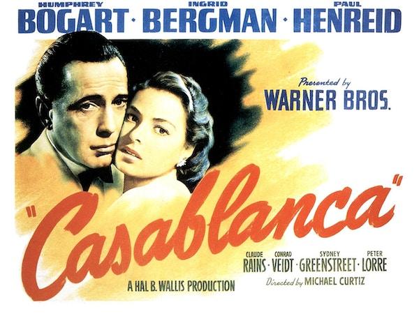 De henger fermdeles poster av de berømte skuespillerne på legendariske Rick's bar i Casablanca.