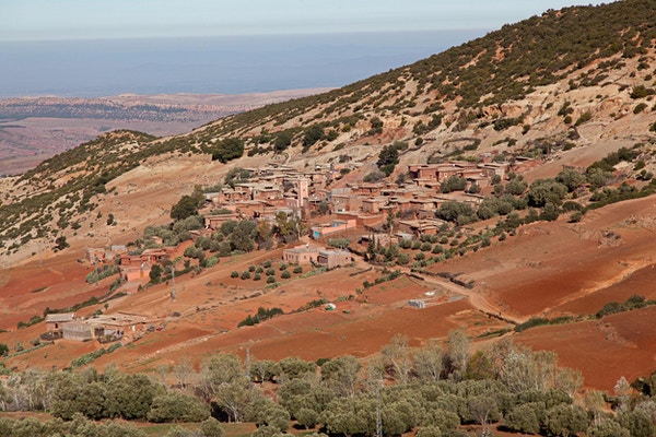 Utsikt på Berber fjelllandsby på vei fra Marrakech til Ourzazate