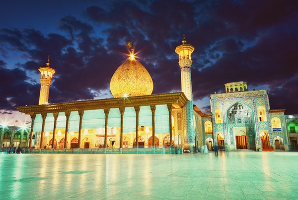 Shah Cheragh-moskeen i etter solnedgang. Shiraz, Iran