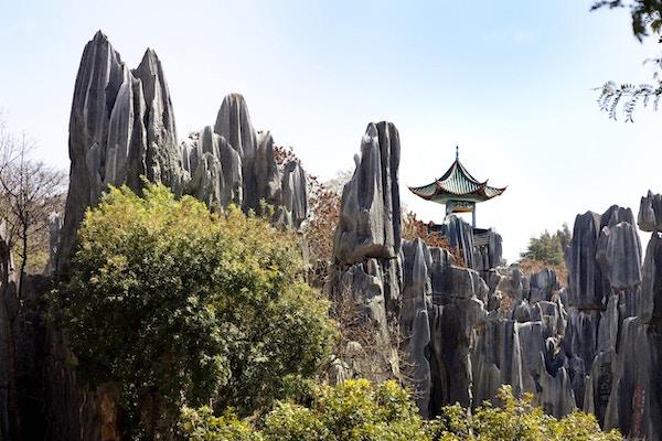 Steinskogen er et erodert kalksteinområde nær Kunming i Kina, der steintinder former en labyrint av passasjer over et stort areal.