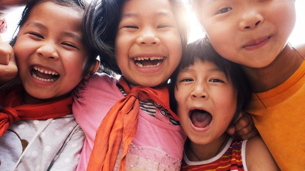 Glade asiatiske barn.