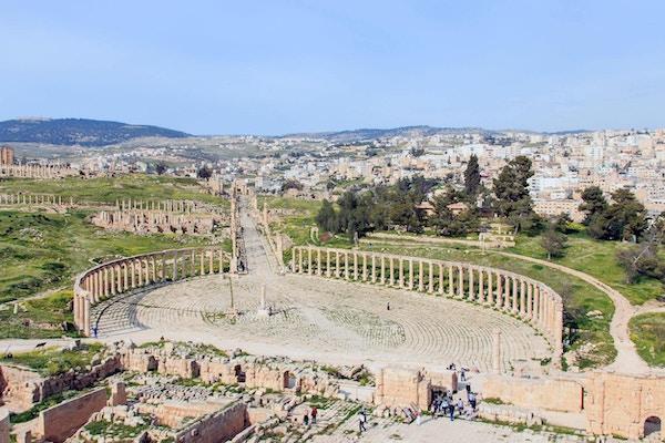 Jerash ligger i naturskjønne omgivelser i Jordan.