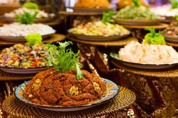 Ulike tyrkiske tyrkiske forretter og salater i restauranten