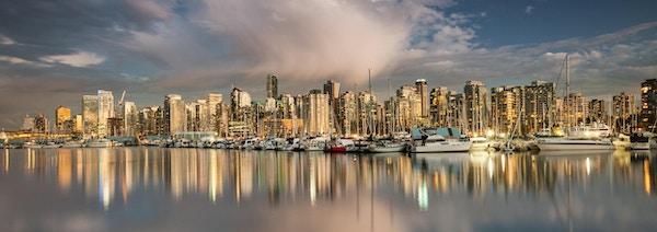 Utsikt mot Vancouver, Britisk Columbia i Canada, sett fra Stanley Park om kvelden