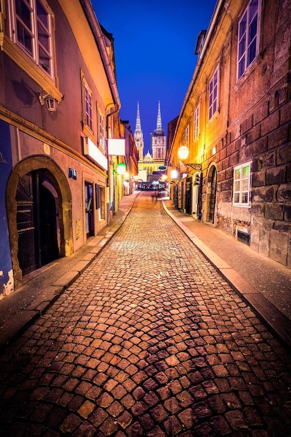 Nattbilde av gamlebyen i Zagreb - Kroatia