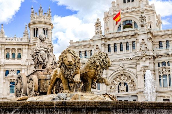 Plaza de Cibeles er et torg med et neoklassisk kompleks av marmorskulpturer med fontener som har blitt et ikonisk symbol for Madrid-byen.