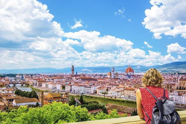 Kvinne beundrer utsikten Firenze.