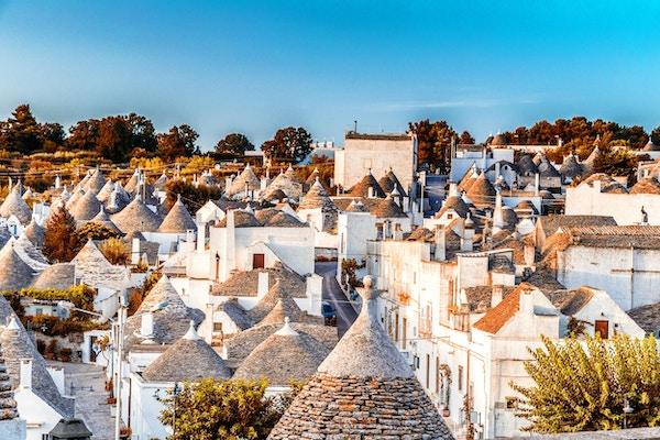 Trulli av Alberobello i Apulia i Italia. Disse typiske husene med tørre steingjerder og koniske tak er unike.