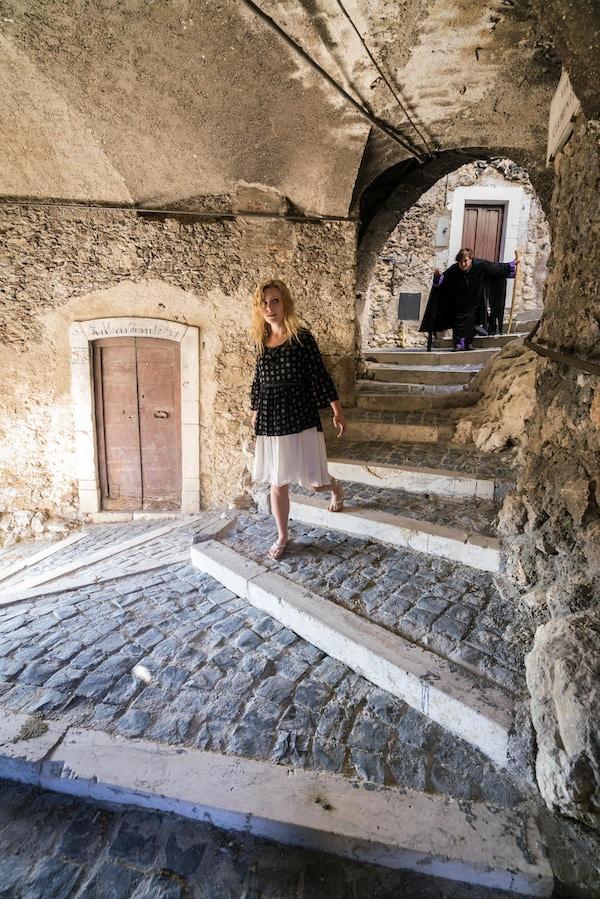 Kvinne går i gangene til den kjente middelalderborgen, Castel del Monte.