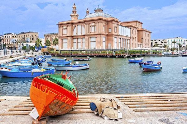 Bari havn med tradisjonell fiskebåt.