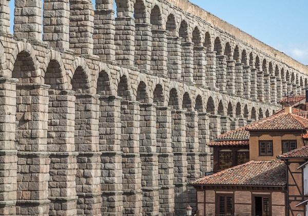 Det er en av de best bevarte høye romerske akveduktene og er det fremste symbolet på Segovia, som det fremgår av byens våpenskjold.
