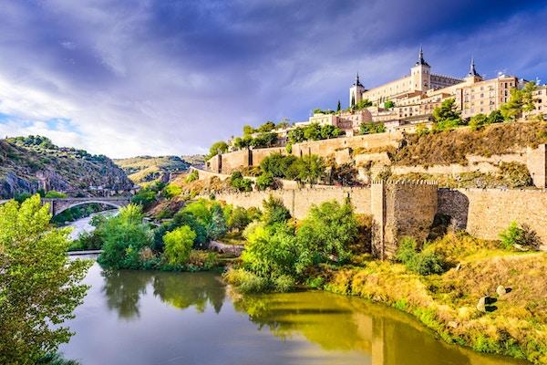 Toledo, Spanias gamlebyens skyline ved Tagus-elven.