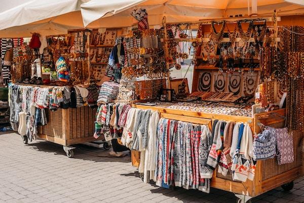 Riga, Latvia. Gatemarked på Livu-plassen. Handlehus med salg av gaver, søtsaker og suvenirer laget av tre og rav.