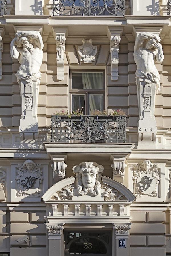 Art nouveau-arkitektur på bygning i Riga.