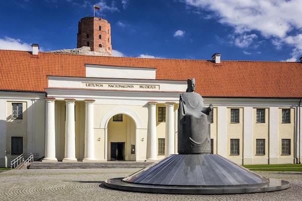 Statue av kong Mindaugas av Litauen og nasjonalmuseet med Gediminas-tårnet i bakgrunnen, Vilnius, Litauen