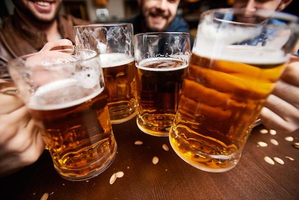 Mennesker som skåler med tjekkisk øl.