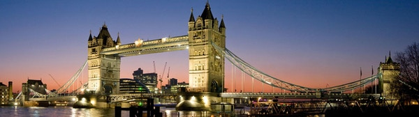 London Bridge ved Themsen i skumringen.