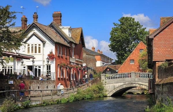 Winchester, Storbritannia - 21. september 2014: Riverside sti og pub med utsikt langs elven Itchen, i Winchester i Hampshire, England. Dette er nær sentrum og et populært sted for turister og andre å vandre langs.