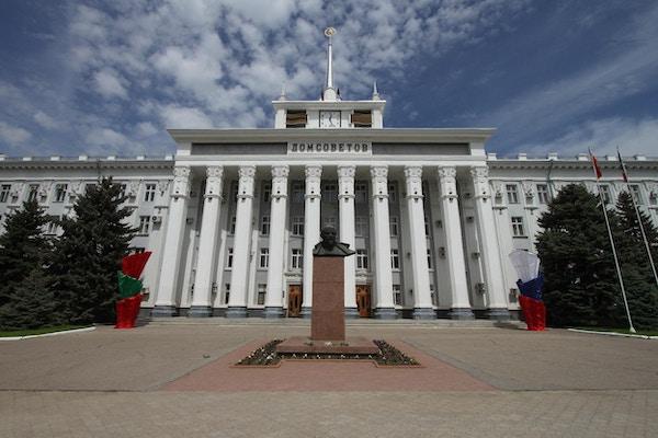 Gammel bygning fra Sovjet-tiden i Tiraspol, Transnistria.