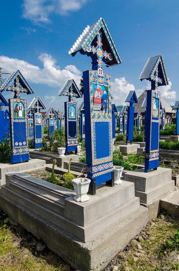Den lystige kirkegården i Sapanta, Maramures, Romania.Dette er veldig kjent og sannsynligvis den vakreste kirkegården i verden. Alle gravene er unike og laget av tre.