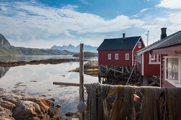 Typisk rød rorbu-fiskehytte i Svolvær i Lofoten i Norge, opplyst av midnattssol