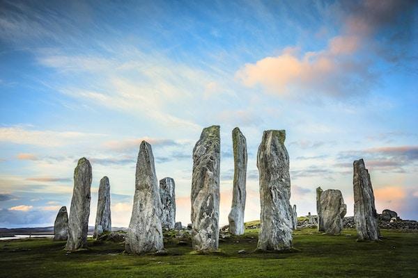 De gamle stående steinene i Callanish i Ytre Hebridene i Skottland ved soloppgang.