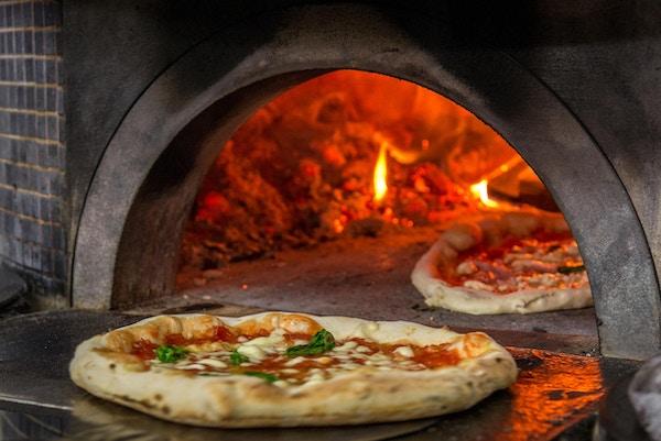 Et bilde av en ekte pizzaovn i en av de mest berømte pizzeriaene i Napoli