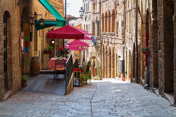 Sjarmerende trang gate i Volterra, Toscana, Italia.