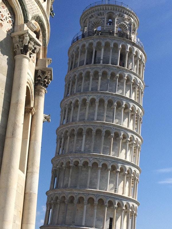 Blå himmel over det det skjeve tårn i Pisa.