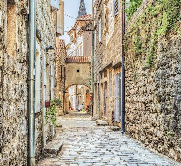 Gaten i gamle byen Perast i Kotor Bay, Montenegro. Den gamle delen av byen er på UNESCOs verdensarvliste og en berømt turistattraksjon.