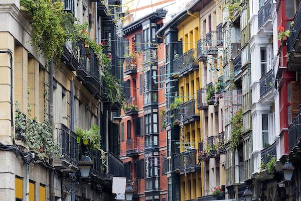 Husfasader i gamlebyen i Bilbao.