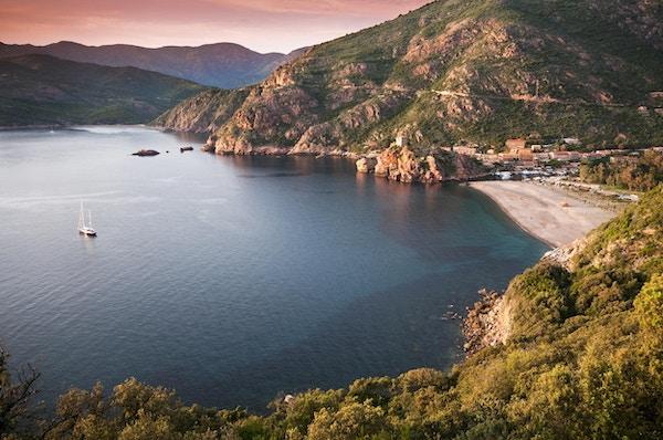Vakker solnedgang over Porto by, Korsika - Frankrike