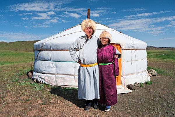 Mongolsk par i nasjonale klær.