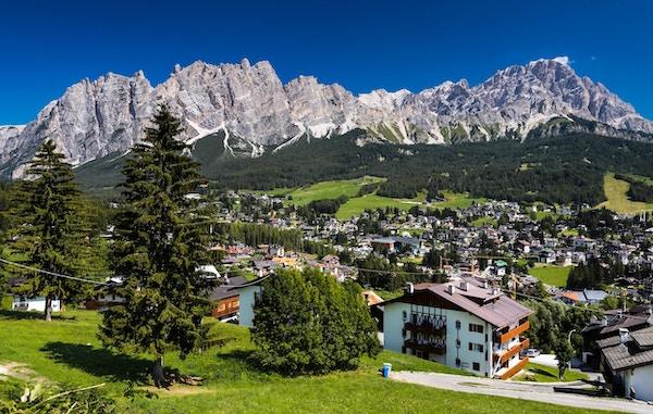 Cortina d'Ampezzo er en populær fjellby som ligger i hjertet av Dolomittene i en alpindal.