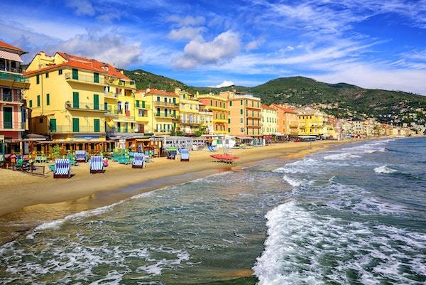 Middelhavsstrand i San Remo, Liguria, Italia