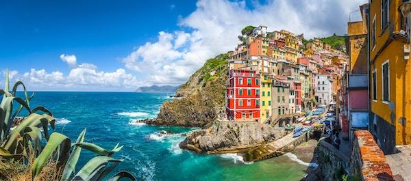 Panoramautsikt over Riomaggiore, en av de fem berømte fiskerlandsbyene i Cinque Terre i Liguria, Italia