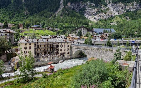 Courmayeur er en by i Nord-Italia, den ligger ved siden av Mont Blanc, det som er det høyeste fjellet i Alpene. Utsikt til byen 6. juli 2018, Courmayeur, Italia.