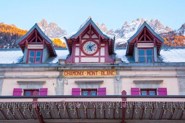 Fasade av Chamonix jernbanestasjon nær Mont Blanc, Frankrike.