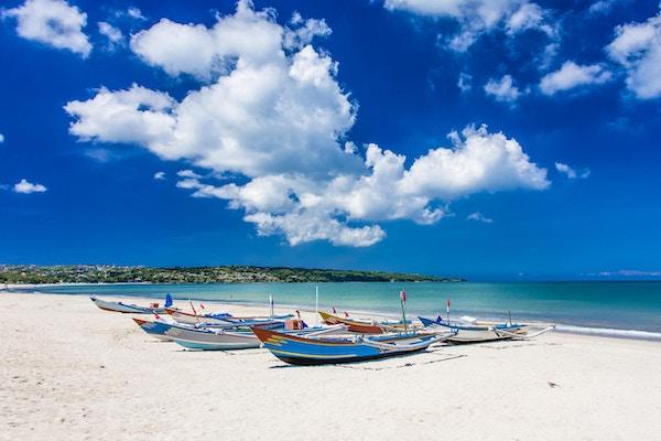 Tradisjonelle balinesiske fiskebåter, Jukungsi på Jimbaran Beach, Bali