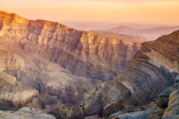 Naturskjønn utsikt over Wadi Ghul i Oman i solnedgang.